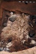 Возле головы скелета, располагался небольшой плетёный сундук. Было найдено множество золотых и серебряных предметов, украшения, оружие, фляги, кожаные сумки, большое серебряное зеркало с позолотой и изображениями животных.